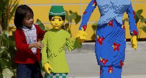 Legofigurer i naturlig storlek.