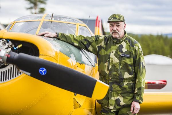 Ivan Myhr är född i Hede. Han flög första gången som 21-åring och här står han bredvid en gul Saab safir från 1960.