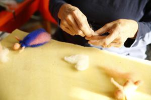 Först gör man vingar eller luva och nålar mot underlaget så att de håller ihop i formen...