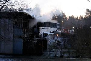 Tre lägenheter totalförstördes. Många andra rök- och vattenskadades. Vid 8-tiden på morgonen pågick släckningsarbetet fortfarande.FOLK LÅG OCH SOV. Branden utbröt vid halvtre-tiden på natten då de flesta låg inne och sov.