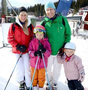 Syskonen Musse Westrell och Calle Westrell från Stockholm passade på att testa backarna tillsammans med Calles barn Ebba och Tilde.