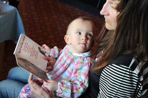 Saga läser bok tillsammans med mamma Eva Mesch.