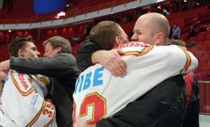 Johan Legranäs, till höger, största ögonblick ser vi här, när Mora IK 2004 i ett ödsligt Globen tog steget upp i elitserien. Det är Johan Lindström som får en