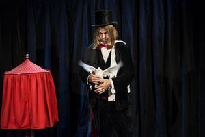 Trollkarl och komiker utan gränser. Carl-Einar Häckner var på onsdagskvällen tillbaka på scenen i Gävle teater.