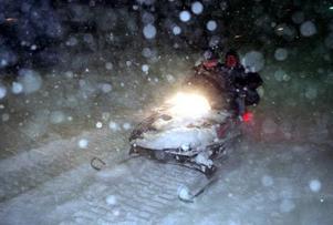 När bilen ligger under det tjocka snötäcket passar det bra att ta fram snöskotern.
