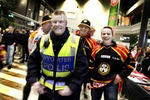 Supporterpolis Björn Orrsten är en synnerligen välkänd person i vimlet på Läkerol Arena. Han jobbar varenda Brynäs-match och även under bortamatcher om det är högriskmatcher, det vill säga att det är risk för slagsmål .