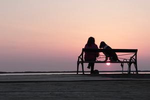 Solnedgång vid brygga.