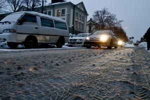 De senaste dagarna har det varit svårt att skilja Gävles gator från tvättredskapet. Kommunen hyvlar gatorna men det har ingen verkan i den här temperaturen. Nu hoppas man på tålamod från Gävleborna och på minusgrader.