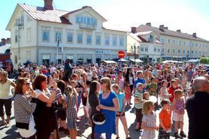 """Utanför Café Saga och kommunhuset trängdes publiken när """"Idol-Ola"""" sjöng sina hitlåtar."""