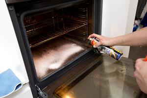 Börja med att spreja på ugnsrengöring och låt det verka medan du fortsätter till badrummet. Läs på förpackningen om medlet fungerar bättre om ugnen sätts på eller inte behövs. Det går även bra att använda såpa vid ugnsrengöring.