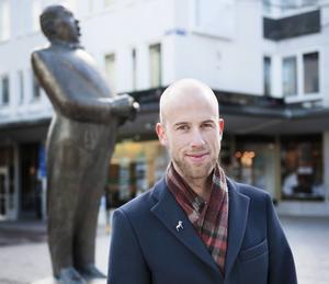 Borlägnesonen Carl-Oskar Bohlin (M) poserar framför hemstadens staty av Jussi Björling.