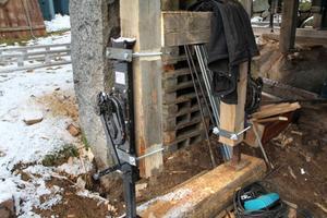 Överdelen på byggnaden bärs upp av de två träpelarna på gaveln plus domkrafterna med vars hjälp man kan höja väggstockarna. Ett träbacksystem hjälper också till.