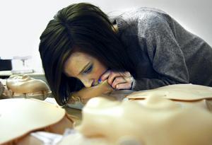 Lovisa Tallfors provar på en docka hur det är att ge konstgjord andning.