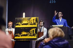 Ett verk av Andy Warhol säljs på Bukowskis. Konstnärsalliansen föreslår en särskild avgift på försäljning av döda konstnärers verk till en fond för att stödja levande konstnärer.