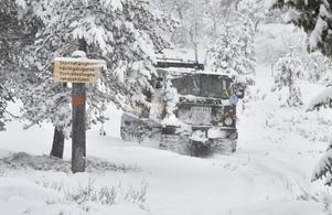 Snön faller i nordligaste Dalarna och fjällräddningen fick rycka ut i Grövelsjön för att hjälpa en vandrare som överraskades av det svåra vädret genom att leta rerda på honom och föra ner honom till Turiststationen med bandvagn.