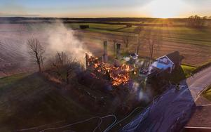 Räddningstjänsten kunde inte rädda huset utan lät det brinna ner under kontrollerade former.