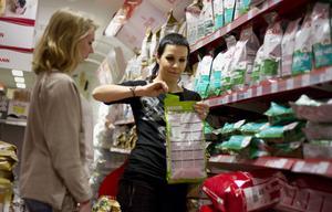 Vi går flera rundor i affären för att hitta produkter som passar ihop färgmässigt, något som är svårare än det låter.