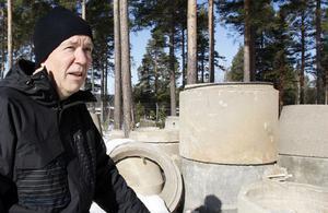 Bristande brunnar bedrövar. Miljöinspektör K-G Åström, här vid brunnsdelar, leder kommunens projekt med att förbättra enskilda avloppsanläggningar.