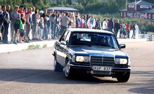 En av de snabbaste förarna under kvällen var Johan Norlin från Gnarp i sin Mercedes-78:a.– Det är kul att gasa. Jag har hållit på med motorer länge, alldeles för länge, säger han.