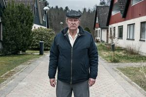 Han finns i varje grannskap, den grinige regelryttaren. Rolf Lassgård spelar titelrollen i Hannes Holms film