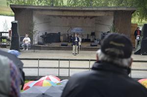 Landshövding Per Bill höll högtidstal i regnet.