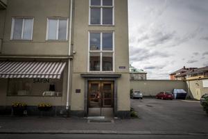 Det var här, på Odengatan 9, som Anders fick kniven inhuggen i sitt huvud.