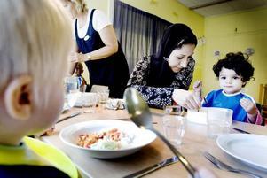 MATDAGS. Till mamman Amals förvåning greppar Lamya skeden vid matbordet och försöker äta själv. Kycklinggryta och ris smakar mums. Och det är spännande att sitta vid ett bord tillsammans med flera andra barn.
