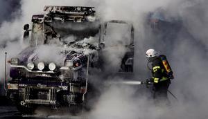 Lastbil i brand på Olbergavägen i Hallstahammar.