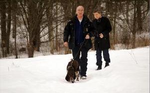 Även hunden Bubba med föraren Jürgen Clöve jobbade en kvart vid Marnästjärn  igår. Bubba gjorde diffusa, inte skarpa, markeringar. Dag Andersson, Riksmordkommissionens chef, går efter.FOTO BOO ERICSSON