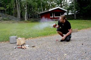 Med kolduk, flintasten, eldstål och lite tur fick Richard Schill, kulturmiljöpedagog vid Länsmuséet Gävleborg, fyr på björkfnaset.