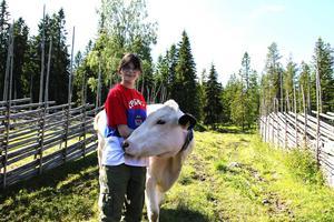 På Svedbovallen finns grisar, höns, getter och fjällkor. Kristina Svensson brukar hjälpa till på fäbodvallen.