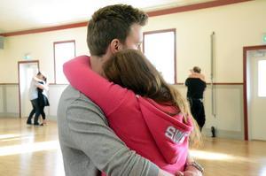 Hittvingad. Håkan Ragnarsson från Örebro tycker att det är svårt att hitta takten. Målet med kursen är att han och Sofia Karlsson ska gå ut och dansa tillsammans nästa lördag.