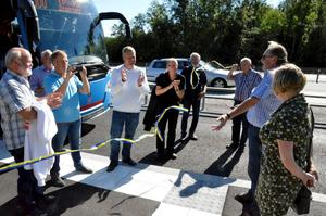 Invigning. Motorvägshållplatsen invigs av K G Granberg, ordförande i Vinna-projektet, och kommunstyrelsens ordförande i Lekeberg, Charlotta Englund.