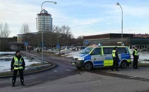 Mars. En misstänkt bomb hittats på en bil på Råby och 40 lägenheter får evakueras.