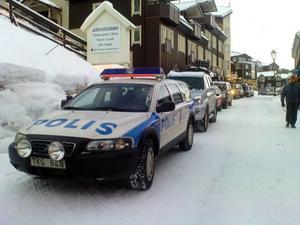 Att hålla sig upp- daterad om var man får parkera  i Åre kan vara svårt, även för polisen. På Årevägen råder numera  p-förbud. Dock får polisen felparkera om jobbet så kräver.Foto: Micke Raittila
