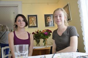 Emma skriver dikter och Rebecca målar akvareller till utställningen på Kingsgården.