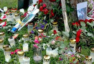 Provisorisk minnesplats. Många besökte den provisoriska minnesplatsen för att lämna blommor eller tända ett ljus. Minnesplatsen finns vid vägkorsningen där den 17-årig pojken blev påkörd av en bil när han färdades på sin moped. Polisen har startat en utredning för att ta reda på om något brott har begåtts i samband med olyckan.