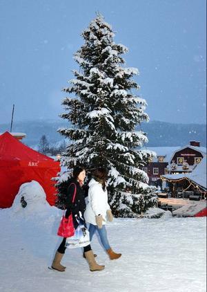 I går snöade det och Åre blev vackert som ett julkort. På torget blev granen extra pampig.