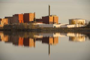 Den gamla pappersfabriken ligger vackert på en udde i Klingerfjärden utanför Vivstavarv.