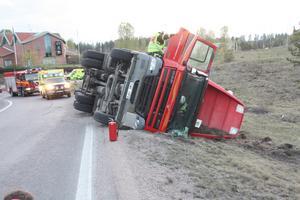En lastbil lastad med virke välte på påfarten till riksväg 70 vid Dalahästen på torsdagskvällen.