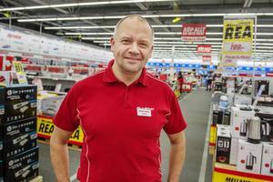 Fredrik Hallstensson, varuhuschef på Media Markt, hoppas på en god försäljning.