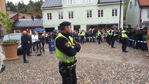 Burop och ryggvändning mötte Sverigedemokraterna på Stora torget när de kommit till Norrtälje som en del av partiets EU-valskampanj.