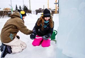 Emma Västerlund och Rebecca Bergström borrar med isborr för att göra plats åt lysrör i loket.