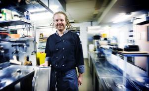 Köksmästaren Christian Wallin förbereder inför lunchruschen på restaurang Renen i Bollnäs.