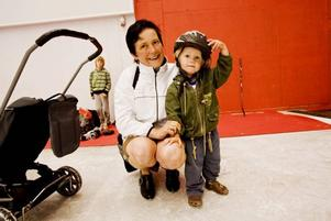 SKRIDSKODEBUT. Nicke Andersson, inte ens två år fyllda, passade på att göra sin skridskodebut när Göransson Arena i går bjöd på allmänhetens åkning, något som är tänkt att bli en lördagstradition framöver. Mamma Rene fick dock ganska snabbt order om att skridskorna skulle av och foppatofflorna på.
