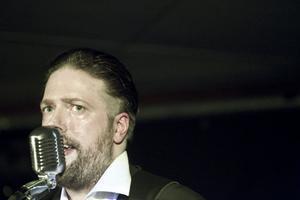 Jonas Frank Jirhamn, sångare och gitarrist.