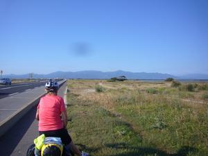 Vi cyklade Enköping till Barcelona mellan den 9 maj till 17 juni.Detta är den 16 juni och vi skall över gränsen mellan Frankrike och Spanien, bergen( Pyreneerna) syns i bakgrunden. Förväntningarna och spänningen var stor. En fantastisk dag... eller för att citera Robban Broberg: