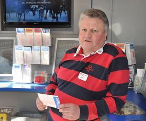 Det känns skönt att få dela ut lite extra pengar i januari, säger Baben Persson, spelansvarig på Ica Supermarket i Sveg. Insatsen denna gång var 81 kronor per andel som gav totalt 308 763 kronor.