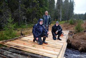 Hasse, Valter och Börje bygger en ny snöskoterbro.