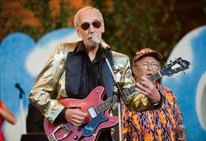 Rock-Ragge uppträder vid Allsång på Skansen i juli 2008.